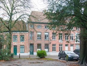 Op enkele passen van het meest bekende park van Brugge, met zicht op de vele zwaantjes van het Begijnhof, ligt deze burgerwoning met private stadskoer