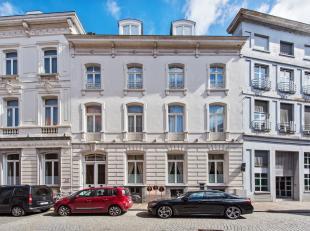 Deze statige herenwoning bevindt zich op een uitstekende locatie in de Boomgaardstraat, gelegen in het hart van het historische centrum van Brugge! He