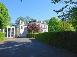 """Het kasteel """"Les Fayards"""" gebouwd in neoclassicistische stijl met park uit het begin van de 20ste eeuw. Gelegen vlak nabij het kasteel van Male aan de"""