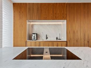 Deze luxueuze nieuwbouw villa van bouwjaar 2017 is gelegen op enkele voetstappen van het strand. De villa is ontworpen door architecte Egide Meertens.