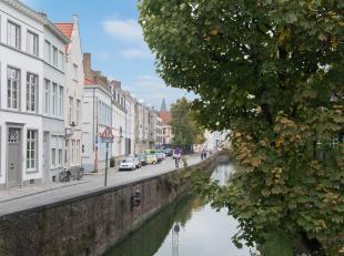 Deze authentieke ruime herenwoning bevindt zich op één van de mooiste locaties te Brugge centrum, namelijk aan de sprookjesachtige Augus