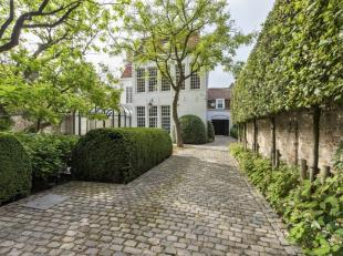 Deze exclusieve herenwoning bevindt zich op een rustige locatie in hartje Brugge en werd in 2009-2010 grondig gerenoveerd met duurzame kwaliteitsmater