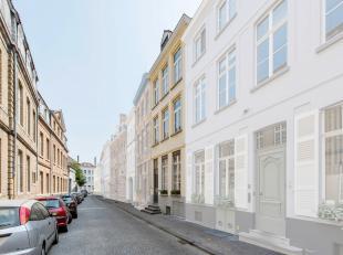 Deze magnifieke ruime en lichtrijke herenwoning is gelegen in een rustige straat in hartje Brugge, doch op wandelafstand van de grote markt, winkels,