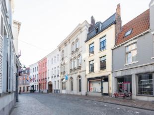 Dit neoclassicistisch herenhuis, gebouwd omstreeks 1860, is gelegen in de Langestraat. Dankzij de uitstekende ligging in de Brugse binnenstad kan u op