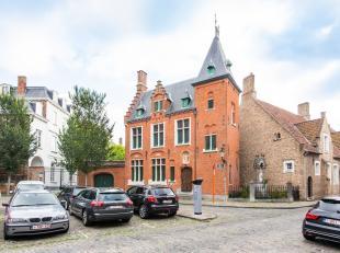 Dit uniek eigendom, daterend van 1893, is gelegen op een sublieme ligging aan het Sint-Jakobsplein, op slechts enkele passen van het bruisend commerci