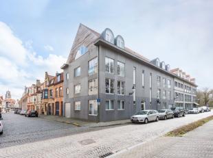 Dit recente luxe appartement situeert zich op het bovenste verdiep in een standingvolle residentie in centrum-Brugge, omgeven door het groen. We komen
