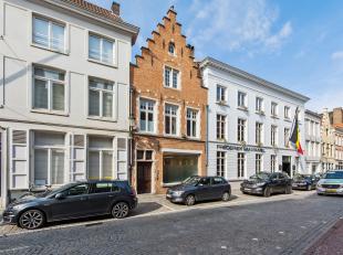 Dit in 2001 gerenoveerde eigendom bevindt zich op een uitmuntende locatie in de florerende Ezelstraat, op slechts enkele passen van de grote Markt! He