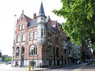 Uiterst uniek eigendom op een echte toplocatie in Brugge! Dit eigendom heeft de volgende indeling: handelsgelijkvloers met enorme visibiliteit bestaan