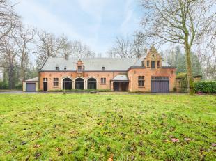 Het karaktervol landhuis is gelegen op een perceel van 6.461 m² in de residentiële verkaveling van Flamincka Park te Jabbeke. Dit voormalige