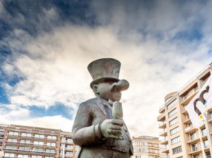 192m² bewonen met frontaal zeezicht én zicht op de Polders. Deze duplex met rondom terrassen biedt op de 10de verdieping : inkomhal met ga