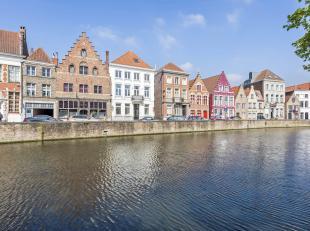 Deze prachtige recent gerenoveerde herenwoning is gelegen op één van de mooiste locaties van Brugge met een adembenemend zicht op de Lan