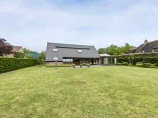 Deze bijzonder ruime villa ligt nabij Park de Lenspolder aan een rustig doodlopend straatje.  Het huis is instapklaar en voorzien van modern comfort.