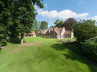 Deze prachtige villa werd in 1994 gebouwd met de meest kwalitatieve materialen, zoals natuursteen en eiken houtafwerking, op een terrein van ruim 6.98