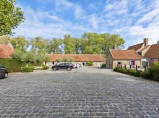 Deze magnifieke en volledig gerestaureerde en beschermde Hoeve De Rozeblomme is een gekende vierkantshoeve, gelegen nabij de Herdersbrug te Dudzele. H