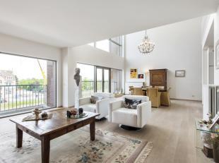 """Lumineus appartement met enorme volumes<br /> <br /> Dit uiterst comfortabel 'woonhuis' is gelegen in de residentie """"De Mouterie II"""" en biedt een bewo"""