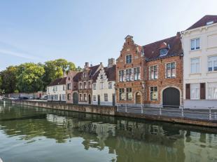 Dit klassevol en charmant herenhuis is gelegen in de prachtige en iconische omgeving van de Langerei in het centrum van Brugge. Het eigendom heeft met