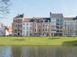 Deze ruime charmante herenwoning bevindt zich op enkele passen van de winkelstraten van Brugge en heeft heel wat te bieden! De woning werd enkele jare