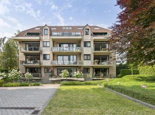 Prachtig rustig gelegen duplex dakappartement in een standingvolle residentie te Sint-Andries. Dit appartement heeft de volgende indeling, op het eers