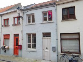 Deze leuke stadswoning is gelegen in het centrum van Brugge, met alle voorzieningen in de nabijheid en wordt samengesteld uit een gezellige leefruimte