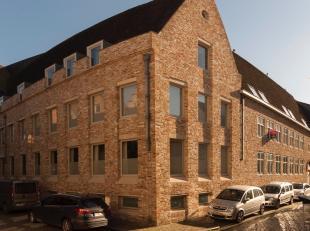 Dit zonnig appartement is gelegen in het hartje van Brugge, dichtbij de Brugse Reien.  Het appartement met prachtig zicht over Brugge geniet op de 1st
