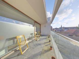 Dit unieke appartement is gelegen in het hartje van Brugge, vlakbij de Brugse Reien.  Het appartement met verzicht over Brugge beschikt over een ruime