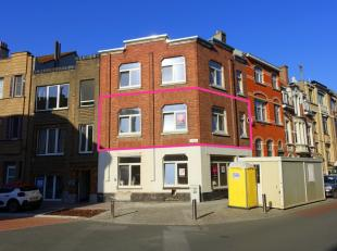 In het centrum van Oostende, op wandelafstand van alle voorzieningen, treffen we dit leuke totaal gerenoveerde appartement aan. Het appartement beschi