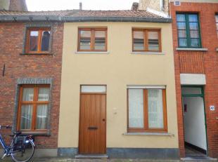 Gezellige knusse rijwoning in het hartje van Brugge. Deze woning omvat een woonkamer met open keuken, afzonderlijk toilet, wasplaats, 2 slaapkamers wa