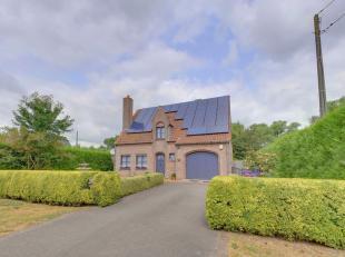 Gelegen langs de Brugse baan, op een boogscheut van het centrum van Gistel, treffen we deze charmante villa aan op een groen perceel van 924m². D
