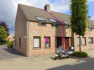 Deze rijwoning is gelegen op een steenworp van hartje Brugge. De woning omvat op het gelijkvloers een inkom met toilet en ingemaakte kasten, ruime woo