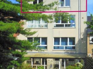 Dit appartement is gelegen op de 3 de verdieping te Assebroek en omvat een inkomhal, toilet, ruime lichtrijke woonkamer met keuken, een slaapkamer en