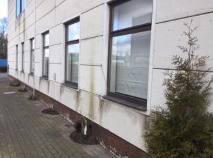 KWATRECHTSESTEENWEG 105 b1 rechts van EMD-NOBLE en er aanhorende, ruime woning gelijkvloers in conciërgestijl en opvatting gelegen in gemengd rus