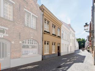 Gelegen tussen het Koningin Astridpark en de Vismarkt ligt deze instapklare woning. Achter de 19e eeuwse lijstgevel vinden we volgende woonindeling :