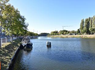 INSTAPKLAAR ruim appartement AAN HET WATER te Kristus-Koning, op een centrale en rustige ligging nabij het centrum van BRUGGE. Handelszaken en horeca