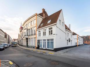 Goed gelegen OPBRENGSTEIGENDOM met GARAGE in het centrum van Brugge ! De hoekwoning bestaat uit 3 vergunde studentenkamers en een duplexappartement.<b
