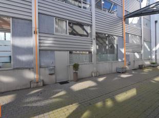 Instapklare loft in het centrum van Brugge met zonnig stadsterras. Volgende woonindeling: inkomhal met gastentoilet en vestiaire, lichtrijke leefruimt