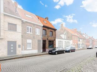 Goed gelegen - op te frissen - 3-slaapkamerwoning in het centrum van Sint-Andries. De woning is als volgt ingedeeld: inkomhal, lichtrijke woonkamer, g
