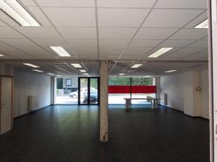 Mooie handelsruimte van +- 175 m², gelegen langs de Izegemsestraat, een druk bereden invalsweg tussen Roeselare en Izegem. Daarnaast is de oprit