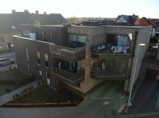Te huur: Recent appartement met 2 slaapkamers en ruim terras:<br /> <br /> Indeling: Inkomhal, bergplaats, gastentoilet, Leefruimte met keuken(eiland)