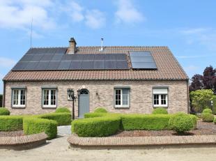Prachtig en landelijk gelegen energiezuinige woning met mooi aangelegde voor - en achtertuin (afgesloten met elektr. poort).De woning is gelegen op ee