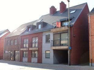 Uitstekend gelegen duplex-appartement met aangenaam zonneterras<br /> Bestaande uit:<br /> * Inkomhall<br /> * Ruime leefruimte met zit- en eethoek<br