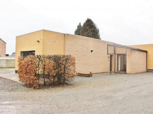 Centraal gelegen charmante laagbouwwoning (HOB) te Koersel. De indeling is als volgt: Ruime woonkamer met veel lichtinval en aansluitend open keuken m
