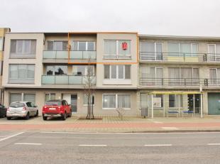 Licht en centraal gelegen appartement (tweede verdieping) bestaande uit: inkomhall met ingemaakte kasten, ruime woonkamer, aangrenzende geïnstall