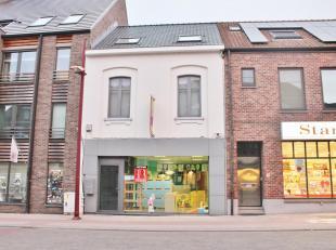 Handelsruimte in het centrum van Beringen met woonst mogelijkheid eneen bruikbare vloeroppervlakte van 98m². Het gebouw bestaat uit een gemeensch