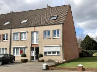 Zeer goed onderhouden gelijkvloers appartement gelegen in Hulst centrum met ZONNETERRAS én garage, bestaande uit: apart gastentoilet met handen