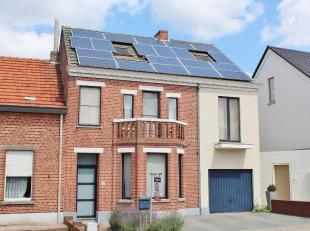 In het centrum gelegen energiezuinige karaktervolle eengezinswoning (HOB) op een perceel van 5 A 94 CAbestaande uit: inkomhall, leefruimte op parket b
