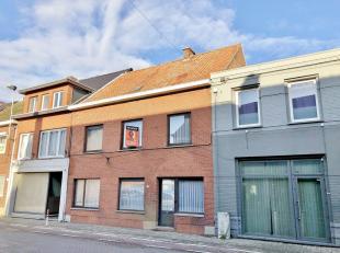Centraal gelegen KANTOORGEBOUW / te renoveren WONING op uiterst zichtbare en commerciële ligging, nabij het centrum van Tessenderlo. Het pand bie