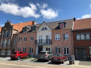 Strategisch gelegen modern appartement op de tweede verdieping bestaande uit: inkomhall , apart gastentoilet, zeer ruime living (zit- en eethoek) met