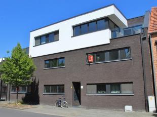 Duurzaam afgewerkt, zeer energiezuinig nieuwbouw appartement op de eerste verdieping met zonneterras bestaande uit: inkomhall met apart gastentoilet,