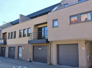 Centraal gelegen hedendaags appartement gelegen op de eerste verdieping bestaande uit: inkomhall, apart gastentoilet, ruime living (zit- en eethoek) m