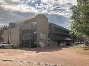 Prachtig en energiezuinig nieuwbouwappartement binnen Residentie Eikelenberg, gelegen op de tweede verdieping. Het appartement bestaat uit: Privatieve